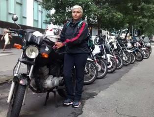 Cristiane Cardoso é motogirl há 23 anos e nunca se envolveu em acidente grave