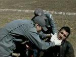 Bombeiros socorrem vítima de cerol (Foto: TV Integração/Reprodução)