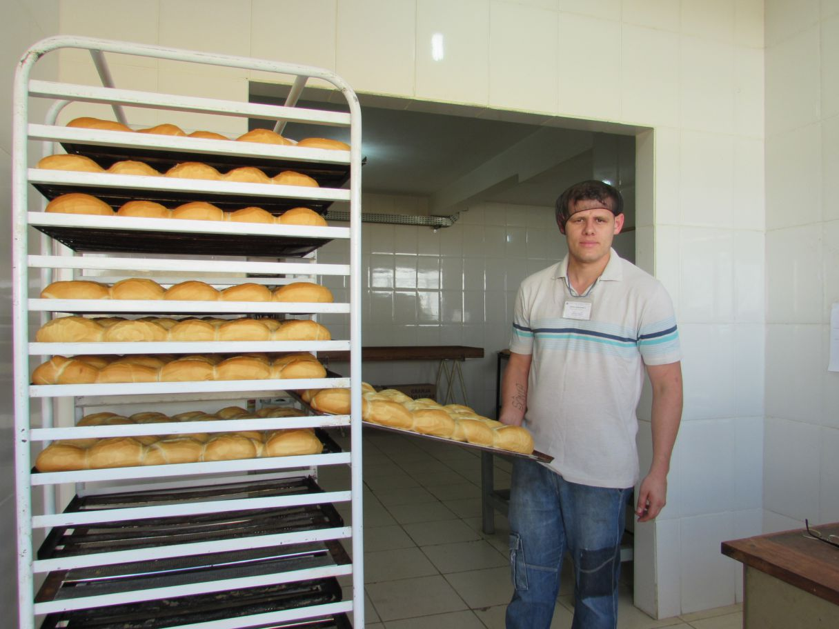 Pães produzidos na Apac são vendidos para a Prefeitura, Biosev e outras empresas da cidade. Na foto o recuperando André Bergamasco