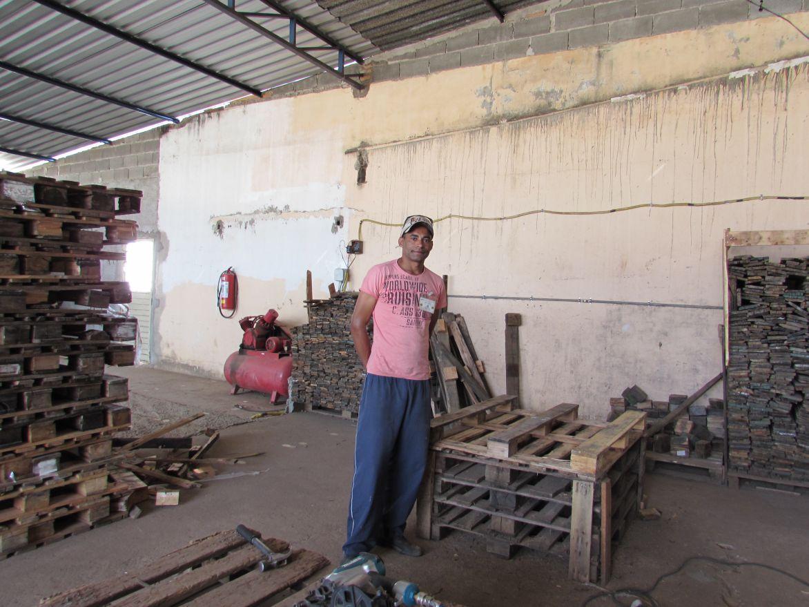 Alisson Silva ajuda na recuperação dos paletes utilizados pela Embaré