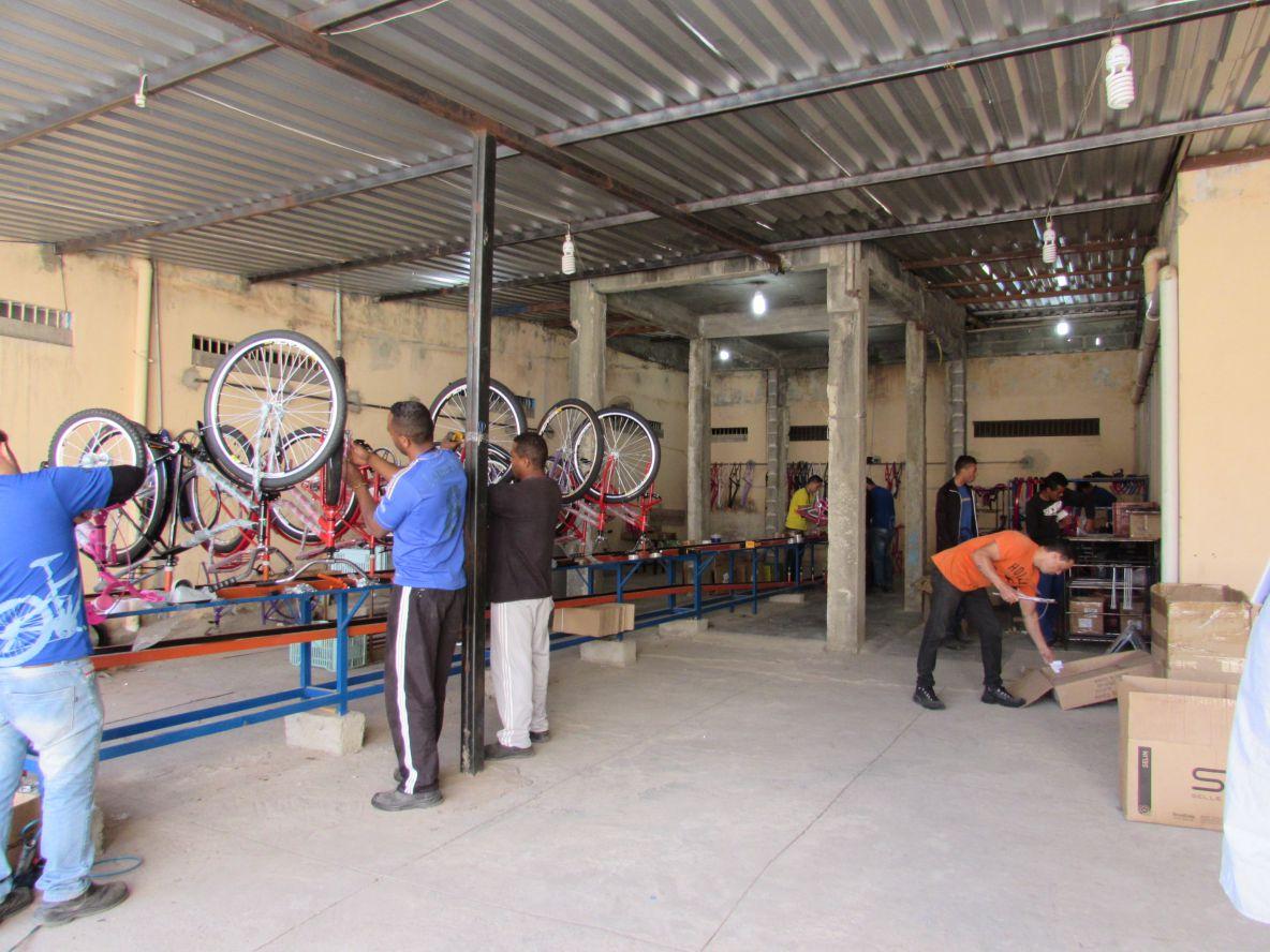 Recuperandos participam da montagem de 3 mil bicicletas por mês.