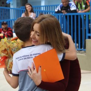 Secretária recebe uma homenagem durante cerimônia de inauguração da nova escola Afonso Goulart